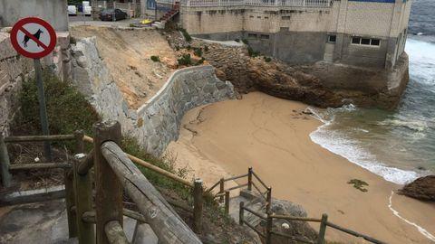 PLAYA DE SAN ROQUE: Junto a la cetárea de San Roque se encuentra esta pequeña playa utilizada principalmente por vecinos de la zona. No cuenta con muchos servicios y el acceso se realiza por unas escaleras empinadas.