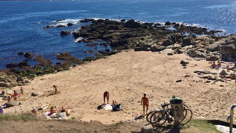CALA DOS MOUROS. Playita nudista ubicada en Adormideras. Oculta desde la calle, para acceder a ella hay que hacerlo por el paseo elevado que rodea el barrio. De arena fina, lo peor es el baño, pues la orilla está llena de rocas.