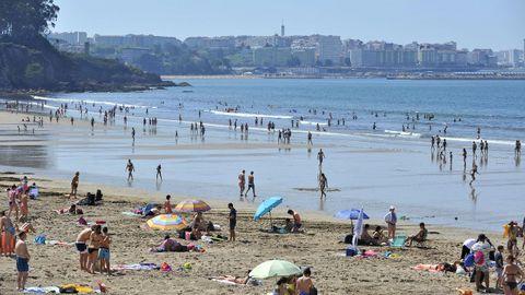 PLAYA DE BASTIAGUEIRO. Quinientos metros de arena fina y con bandera azul, por lo que cuenta con todos los servicios. El aparcamiento es de pago. También es muy frecuentada por surfistas.