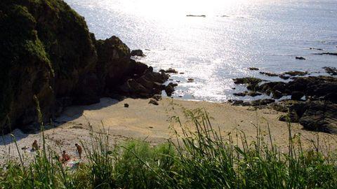 CALA ATALAYA. Esta joya de la costa oleirense lo peor que tiene son los accesos. Tiene una  clientela  muy fija. Se practica el nudismo y está muy protegida del viento y las olas. Se disputa los pocos aparcamientos que hay con la playa de Naval, que está pegada.
