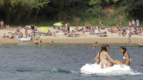 PLAYA DE ESPIÑEIRO: Es una de las cinco playas con bandera azul de Oleiros y se disputa con el arenal de Mera a los bañistas. Son 310 metros de playa con todos los servicios. Aparcar, lo peor. Aparte de eso, nada le falta.