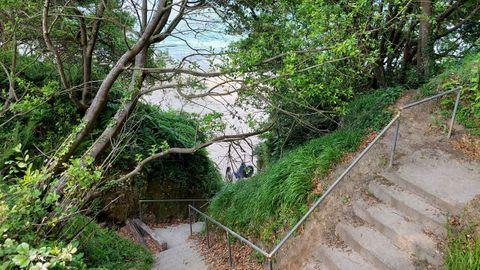 PLAYA DE ARNELA (SADA). Son 130 metros de playa y unas escaleras complicadas para llegar a ella. Se trata de unos de esos paraísos sadenses. Un arenal virgen próximo al cementerio de Arnela.