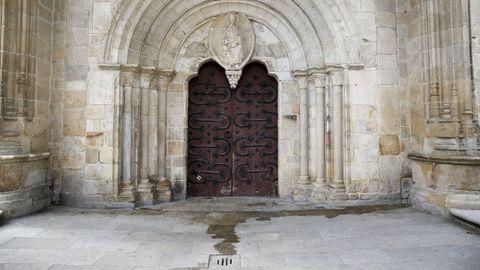 La puerta norte de la Catedral de Lugo es la más dañada por la orina, sobre todo sus herrajes.