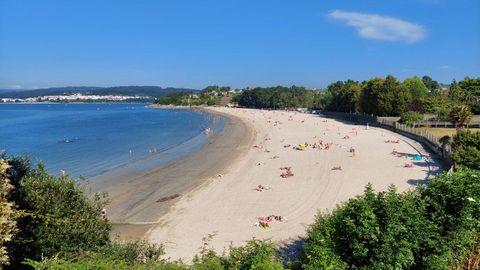 PLAYA DE REGUEIRO (BERGONDO). Amplio arenal de arena fina y blanca ubicada entre O Pedrido y Gandarío. Cuenta con los servicios básicos y sus accesos son sencillos.
