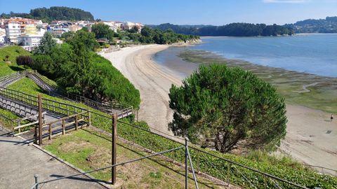 PLAYA DE A RIBEIRA (MIÑO). También conocida como la playa pequeña, tiene un amplio paseo que recorre sus 450 metros. Apenas cuenta con escasas plazas de aparcamiento, dispone de los servicios esenciales.