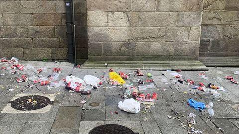 La basura era evidente a primeras horas de la mañana de este domingo