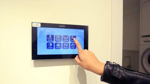 Tabletas a la entrada de los pisos permiten hasta llamar el ascensor
