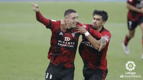 Erik Jirka, a la izquierda, celebra un gol con el Mirandés