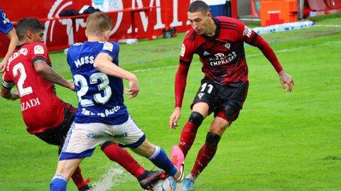Erik Jirka, a la derecha, disputa un balón con Mossa durante un Mirandés-Oviedo