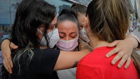 Lina, en el centro, es consolada por otras tres amigas en el lugar donde el joven cayó tras la paliza mortal.