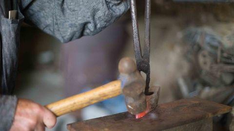Bernardino Quiroga es uno de los últimos herreros y carboneros de Galicia