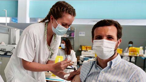 El líder del PP, Pablo Casado, se vacunó este lunes contra el covid-19 en el hospital Enfermera Isabel Zendal de Madrid.