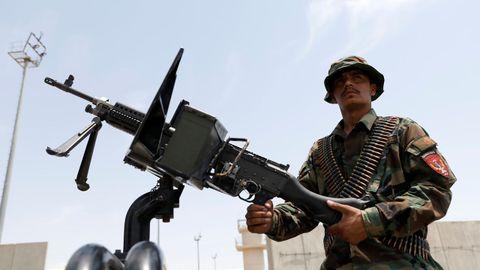 Un soldado afgano vigila la base aérea norteamericana de Bagram, abandonada por las tropas estadounidenses el pasado viernes