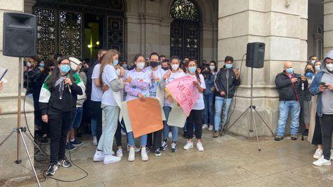 Amigos de Samuel a las puertas del palacio municipal de María Pita, en A Coruña