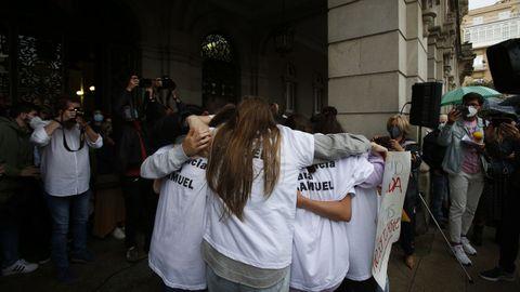 Amigos de Samuel, el lunes, durante la concentración en repulsa del asesinato en A Coruña