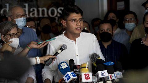 Lester Alemán, líder universitario habla en una rueda de prensa el 9 de junio
