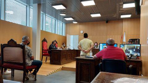 Los dos acusados, uno de pie y otro en el banquillo, admitieron los hechos ante la magistrada del Juzgado de lo Penal 1 de Ourense