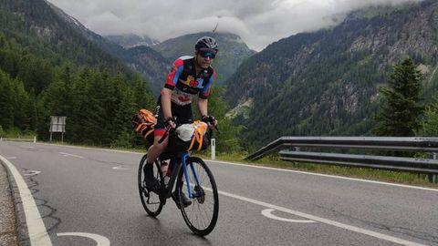El viveirense Santi Chao, que fue trasplantado de corazón hace 20 años, en plena escalada a un monte de los Alpes esta semana