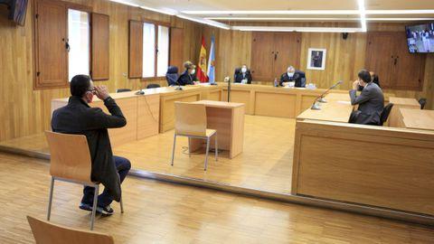 El juzgado, sentado en el banquillo.