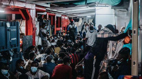 Migrantes abordo del Ocean Viking tras ser rescatados por la ONG SOS Mediterranée en en el mar Mediterráneo
