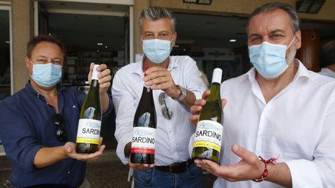 Los tres socios de Sardino, con las tres variedades de vermú que elaboran