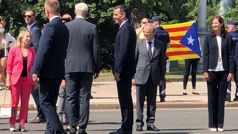 Dos personas desplegaron una bandera estelada, símbolo de los los independentistas catalanes, durante la ofrenda floral en Riga (Letonia), en la que intervino el presidente del Gobierno, Pedro Sánchez.