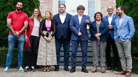 De izquierda a derecha, Valtonyc, Meritxell Serret, Carme Forcadell, Oriol Junqueras, Carles Puigdemont, Dolors Bassa, Raul Romeva y Antoni Comin