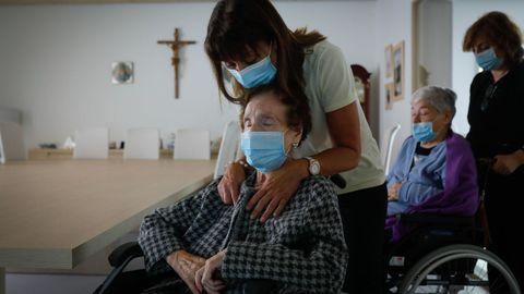 Carmen, en primer término, y Laura, usuarias de la residencia Padre Rubinos, definen a Samuel como su «ángel de la guarda»