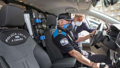El concejal de Seguridade Cidadá, Juan Ignacio Borrego presentó ayer en María Pita los siete nuevos coches patrulla de la Policía Local, en los que se han invertido casi 350.000 euros. Borrego (en la imagen asomado al interior de uno de los vehículos) anunció que pronto se pondrá en marcha un sistema de multamóvil que se podrá adaptar a cualquiera de los coches. El edil añadió que en total se van a invertir más de 650.000 euros en mejoras de material para el cuerpo de seguridad.
