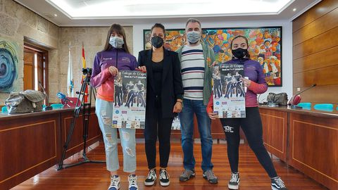 La concejala carballiñesa Silvia Baranda y el presidente del Club Aehde presentaron la Copa Galega de grupos show junto a dos deportistas