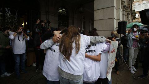 Las amigas de Samuel se abrazan durante la protesta por el crimen en A Coruña.