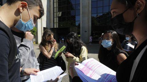 Alumnos ourensanos, durante las pruebas ABAU 2021 en el campus universitario