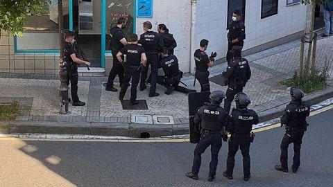 Momento de la detención del presunto asesino de Murchante, esta tarde en una peluquería de San Sebastián.