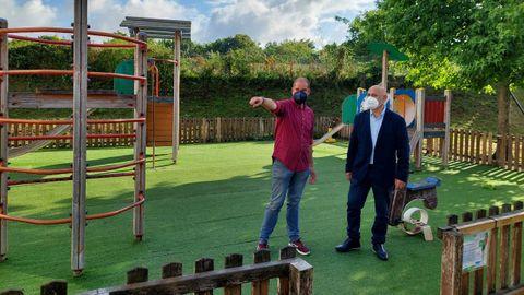 El concejal Iván Puentes y el teniente de alcalde, Tino Fernández, en el parque de la calle Luis Otero, enPpontevedra