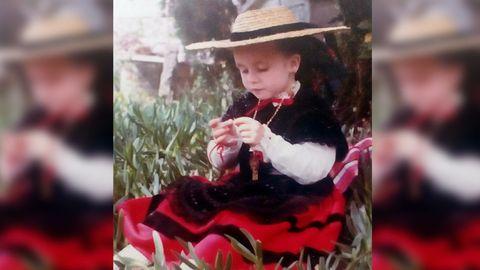 Con cuatro años, en casa de su madrina, en Pontevedra. En las Fiestas de la Peregrina todos los primos se vestían con el traje tradicional gallego.