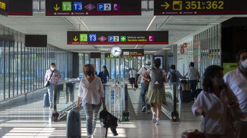 Pasajeros en el aeropuerto madrileño de Barajas