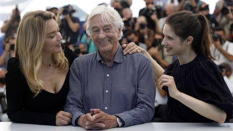 El realizador Paul Verhoeven, flanqueado por Virginie Efira y Daphne Patakia, en la presentación del filme «Benedetta» en Cannes.