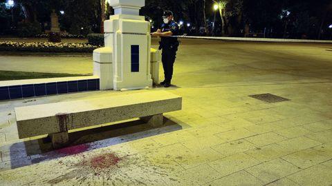 Un agente precinta el parque de Rosalía en la madrugada del viernes