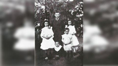 Florencio Delgado Gurriarán (coas mans no cinto), xunto cos seus irmáns.
