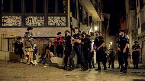 Pequeños grupos de personas se arremolinaron en las calles