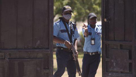 Guardias vigilan la morgue donde se encuentra el cuerpo del presidente Jovenel Moïse, en Puerto Príncipe
