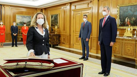 El rey Felipe VI y el presidente del Ejecutivo observan a la vicepresidenta primera y ministra de Asuntos Económicos y Transformación Digital, Nadia Calviño