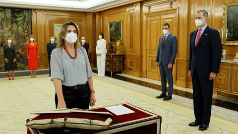 El rey Felipe VI y el presidente del Ejecutivo observan a la vicepresidenta tercera y ministra para la Transición Ecológica y Reto Demográfico, Teresa Ribera
