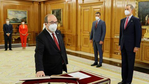 El nuevo ministro de Cultura y Deporte, Miquel Iceta, promete su cargo