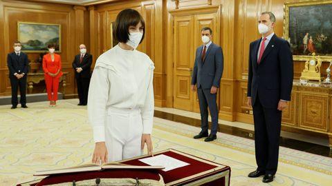 El rey Felipe VI y el presidente del Ejecutivo observan a la nueva ministra de Ciencia e innovación, Diana Morant