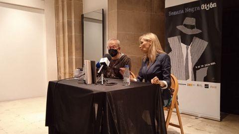 Ángel de la Calle y Marta Robles en la presentación de Pasiones Carnales en la Semana Negra
