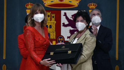 Isabel Celaá entrega su cartera miniserial a la nueva ministra de Educación y Formación Profesional, Pilar Alegría