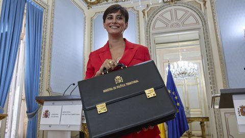 Isabel Rodríguez, la nueva ministra Portavoz y de Política Territorial, posa con la cartera de su antecesor