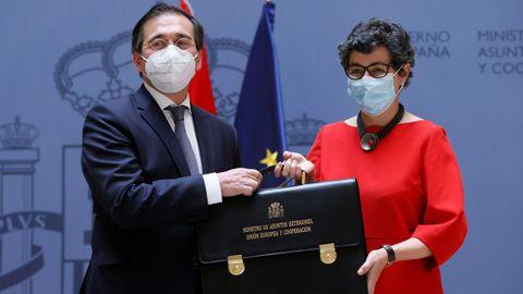 Arancha González Laya, la hasta ahora ministra de Asuntos Exteriores, Unión Europea y Cooperación, entrega la cartera ministerial a José Manuel Albares
