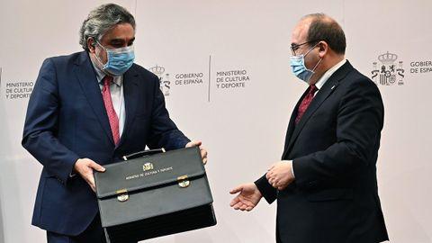 Miquel Iceta recibiendo la nueva cartera ministerial de Cultura y Deporte, de manos de su antecesor